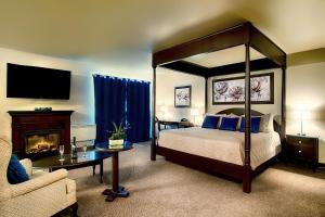 A bed or beds in a room at Hotel & Suites Monte-Cristo