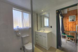 A bathroom at Acacia Snowy Motel