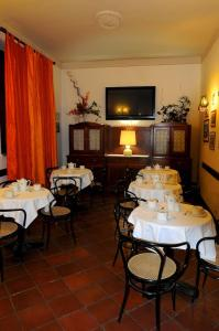 A restaurant or other place to eat at Albergo Italia