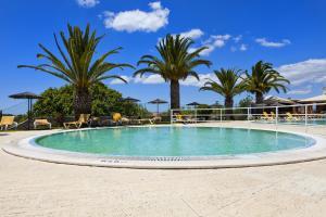 Het zwembad bij of vlak bij Colina Village