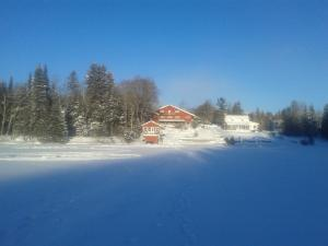 Auberge The Parker's Lodge Inn during the winter