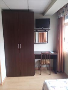 Una televisión o centro de entretenimiento en Hotel Náutico
