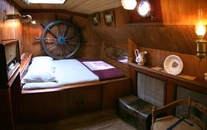 A bed or beds in a room at Boat 'Opoe Sientje'