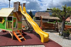 Ein Kinderspielbereich in der Unterkunft Gasthof Knappenwirt