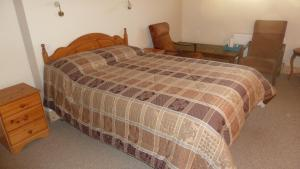 A bed or beds in a room at Riverside Glanworth