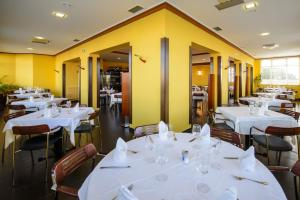 A restaurant or other place to eat at Hotel El Paso Honroso