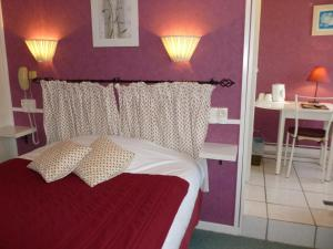 A bed or beds in a room at Citotel Le Richelieu