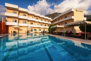 Der Swimmingpool an oder in der Nähe von Hotel Fotini