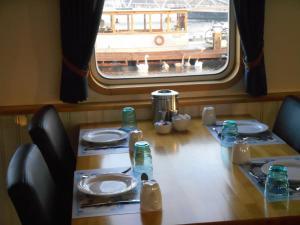 Restaurant ou autre lieu de restauration dans l'établissement Hotelboat Iris