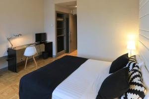 A bed or beds in a room at Sercotel Leyre