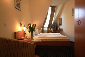 A bed or beds in a room at Suite Hotel 900 m zur Oper