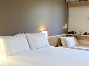 A bed or beds in a room at ibis Thornleigh