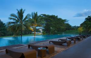 A piscina em ou perto de Novotel Manado Golf Resort & Convention Center