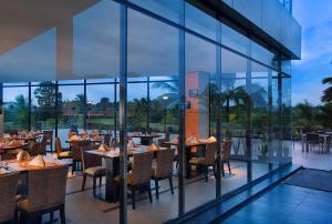 Um restaurante ou outro lugar para comer em Novotel Manado Golf Resort & Convention Center