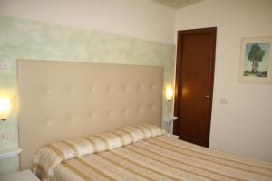 A bed or beds in a room at Albergo Il Giglio