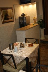 A restaurant or other place to eat at Albergo Il Giglio