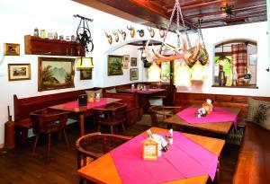 Um restaurante ou outro lugar para comer em Wirtshaus und Pension Hocheck