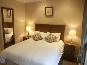 A bed or beds in a room at Hillview House