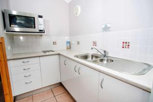 A kitchen or kitchenette at Reflections Holiday Parks Terrace Reserve