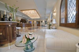 The lobby or reception area at Grand Hotel Le Zagare