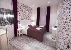 Un pat sau paturi într-o cameră la Hotel Nabucco