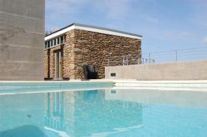 The swimming pool at or near Quinta dos Castanheiros - Turismo Rural