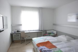 A bed or beds in a room at Hotel Berliner Hof