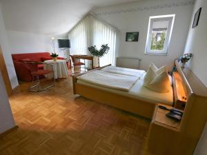 A bed or beds in a room at Hotel Garni Zur Bergstrasse