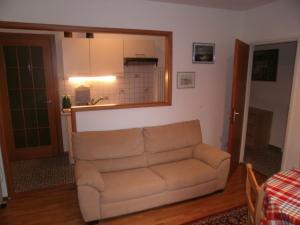 Ein Sitzbereich in der Unterkunft Appartamento Posmonte