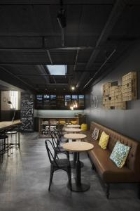 The lounge or bar area at Zoom Hotel
