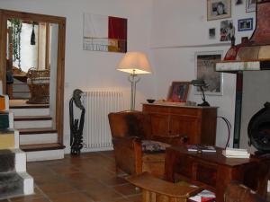 A seating area at Chambre d'hôtes Les Bienvenus