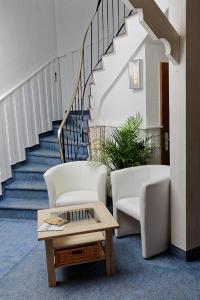 Ein Sitzbereich in der Unterkunft Hotel Hüttl - Garni