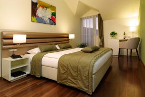 A bed or beds in a room at Hotel Korkyra