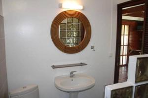Salle de bains dans l'établissement Raiatea Airport Bungalow