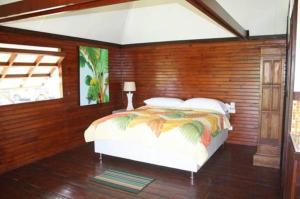 Un ou plusieurs lits dans un hébergement de l'établissement Raiatea Airport Bungalow