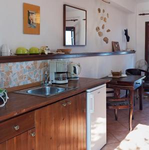 A kitchen or kitchenette at Kortiri Studios