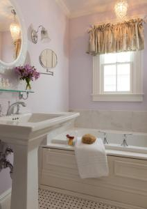 A bathroom at The Tower Cottage Bed and Breakfast