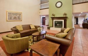 A seating area at Baymont by Wyndham Highland