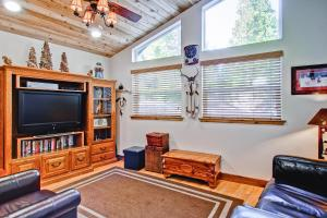 A seating area at Serenity Pines