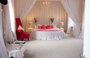 A bed or beds in a room at Maranatha Country House