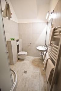 A bathroom at SasOne Rooms