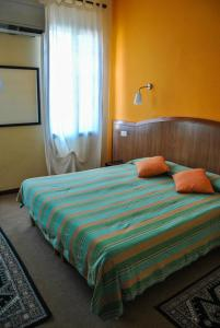 A bed or beds in a room at Hotel Alla Fiera