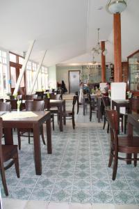 Ein Restaurant oder anderes Speiselokal in der Unterkunft Gutshof Sagritz
