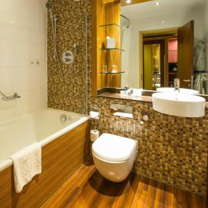 A bathroom at Ashford International Hotel - QHotels