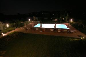 Vista sulla piscina di Alice Del Lago Country House o su una piscina nei dintorni