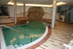 Бассейн в Hotel Krone или поблизости