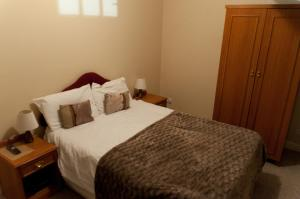 A bed or beds in a room at Oak Inn