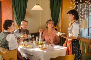Ein Restaurant oder anderes Speiselokal in der Unterkunft Landgasthof zur Linde Laaben