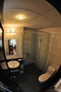 A bathroom at Than Thien - Friendly Hotel
