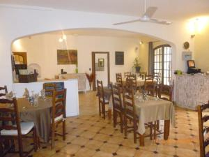 A restaurant or other place to eat at Auberge de la Table Ronde